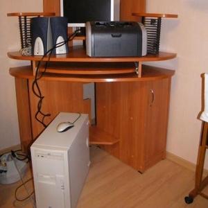 Продам компьютерный стол,  угловой.