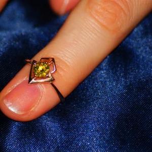 Продам золотое кольцо с желтым бриллиантом