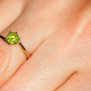 Продам кольцо из белого золота с необыкновенным желтым бриллиантом